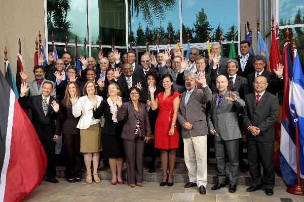 QUI02. QUITO (ECUADOR), 03/02/2012.- Participantes posan para la foto oficial hoy, viernes 3 de febrero de 2012, en Quito (Ecuador), durante el XVIII Foro de Ministros y Ministras de Medio Ambiente de América Latina y el Caribe en su ultimo dia en Quito (Ecuador). EFE/JOSE JACOME ECUADOR MEDIO AMBIENTE