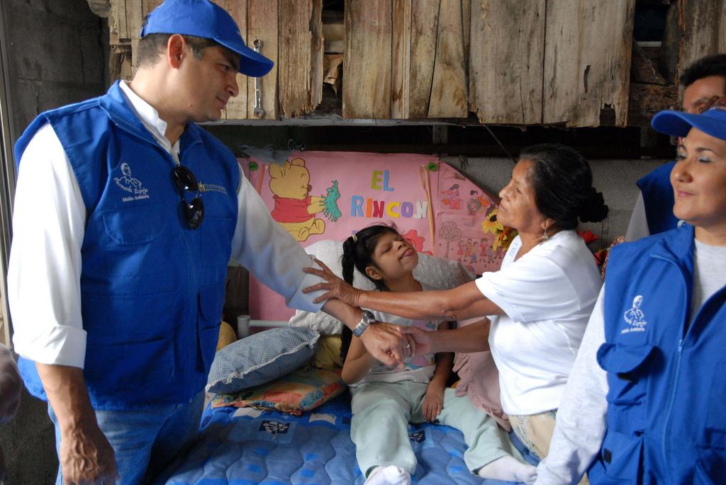 General Villamil - Playas, 24/07/2010.- El Presidente de la República, Rafael Correa Delgado, visitó a Jéssica Escalante Yagual, beneficiaria del programa. / Eduardo Santillán T.
