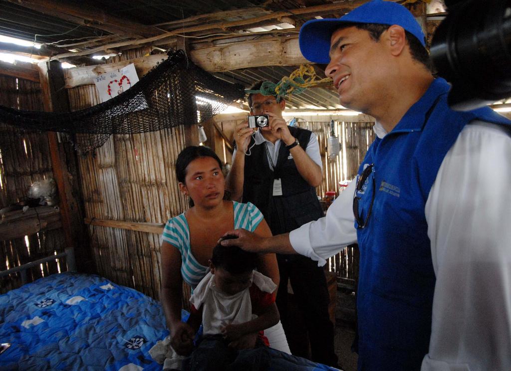 General Villamil - Playas, 24/07/2010.- El Presidente de la República, Rafael Correa Delgado, visitó a Alex Kevin Ponce, uno de los beneficiarios de la Misión Manuela Espejo. / Eduardo Santillán T.