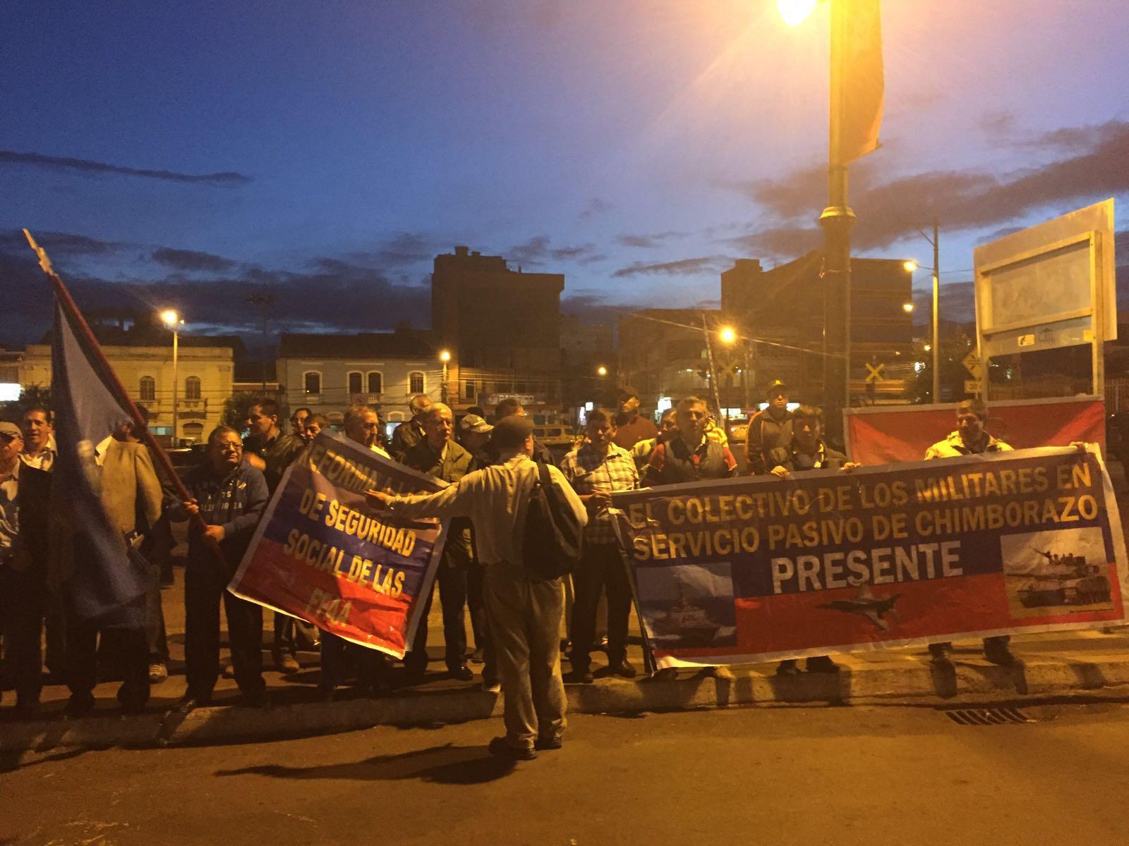 Un grupo de militares retirados hicieron un plantón en Riobamba para reclamar por el tema del Issfa.