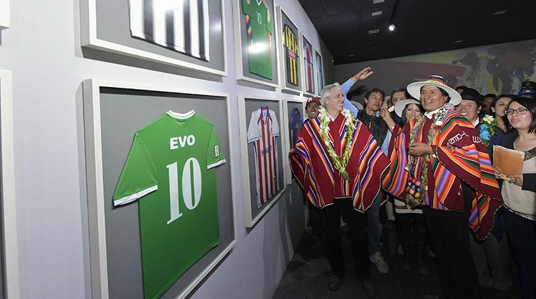 Evo Morales con su vicepresidente {Alvaro García Linera mirando las camisetas de fútbol que uso el caudillo.