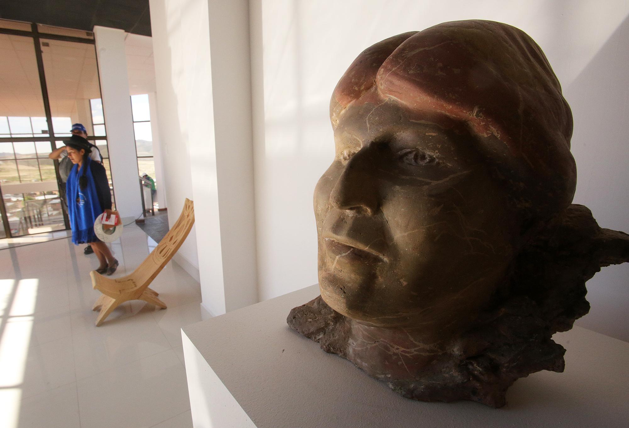 Una imagen de piedra con el rostro de Morales en el Museo de Orinoca.